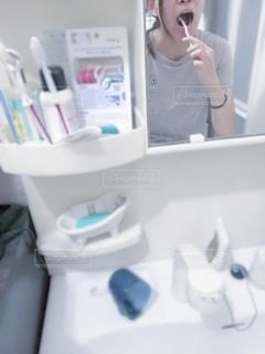 鏡の前で必死に歯磨きの写真・画像素材[2440139]