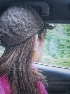 窓の外を見る女性の写真・画像素材[2474991]