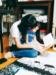 おばあちゃんのお膝で絵本の写真・画像素材[2491461]