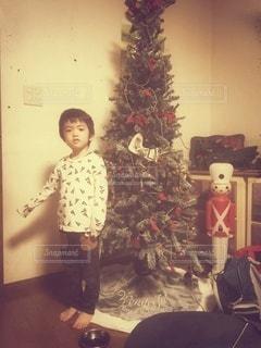 クリスマスツリーと兵隊と少年の写真・画像素材[2494843]