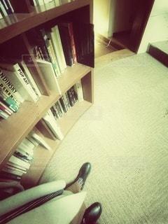 書棚と黒いブーツの写真・画像素材[2762411]