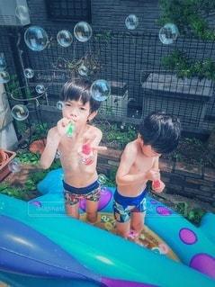 庭とシャボン玉とプールの写真・画像素材[2810174]