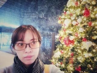 クリスマスツリーとOL一人の写真・画像素材[2834162]