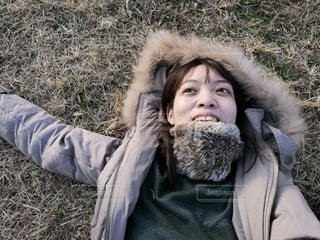 草の上に横たわっている女性の写真・画像素材[2942781]