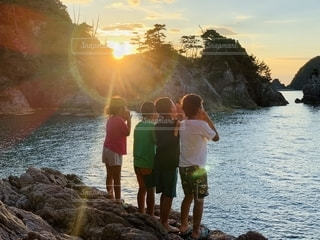 水の中に立っている人々のグループの写真・画像素材[2513771]