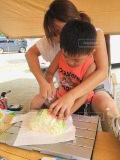 親子でキャンプ料理。の写真・画像素材[2674978]