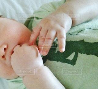 ベッドに横たわっている3ヶ月の赤ちゃんのクローズアップの写真・画像素材[2838822]