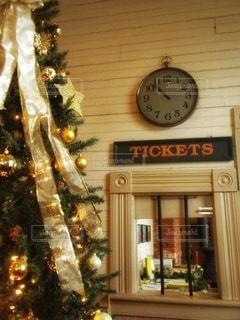 駅中の切符売り場前のクリスマスツリーの写真・画像素材[2840442]