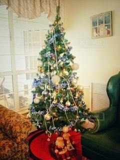 クリスマスツリーのあるリビングルームの写真・画像素材[2840443]