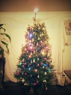 部屋のクリスマスツリーの写真・画像素材[2840439]