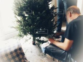 クリスマスツリーの準備をする老人の写真・画像素材[2840444]
