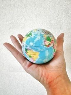 地球を持つ手の写真・画像素材[2890388]