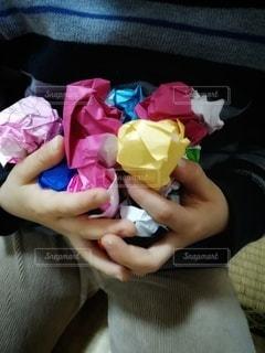 手にいっぱいの折り紙の写真・画像素材[2896504]