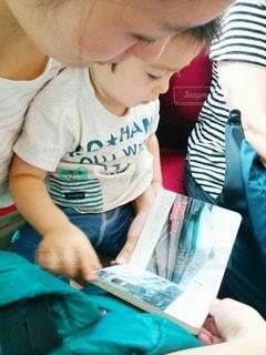 電車で一緒に新幹線の本を見るの写真・画像素材[2899069]