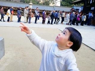 空を指差す2歳男児の写真・画像素材[2942935]