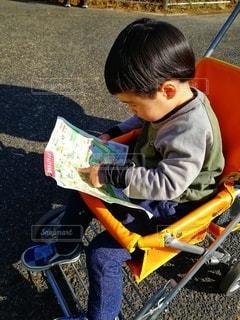 動物園地図を指差す2歳男の子の写真・画像素材[2942937]