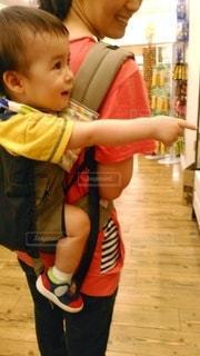 おんぶされている1歳の子供の写真・画像素材[2960446]