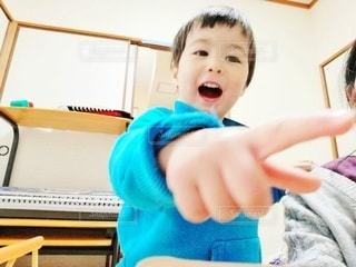 何かを見つけた1歳男児の写真・画像素材[2960445]