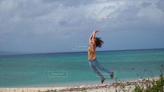 浜辺で空を飛ぶ人の写真・画像素材[2438385]