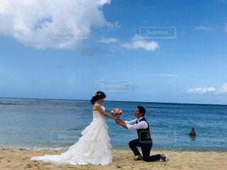 浜辺に立っている男と女の写真・画像素材[2795094]