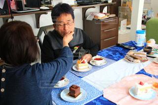 テーブルに座っている人々のグループの写真・画像素材[3105015]