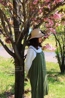 草の中に立っている人の写真・画像素材[3116962]