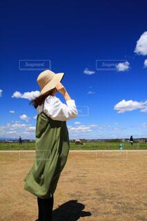 芝生の上に立っている男の写真・画像素材[3301296]