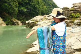 水の体の隣に立っている人の写真・画像素材[3454151]
