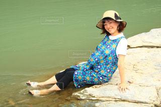 水の体の隣に立っている人の写真・画像素材[3454500]