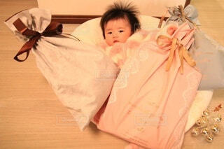 赤ちゃんを抱いている人の写真・画像素材[3999302]