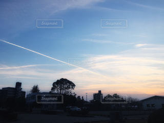 夕焼けと飛行機雲。の写真・画像素材[2421139]