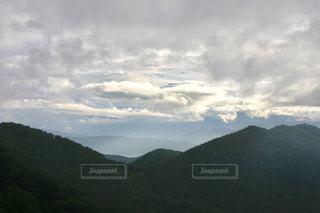 山を背景にした空の雲の群しの写真・画像素材[2419041]