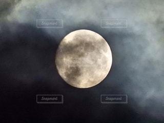 月のクローズアップの写真・画像素材[2437063]
