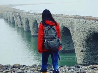 崩壊寸前のタウシュベツ橋梁を見学しに来た観光客の写真・画像素材[2577362]