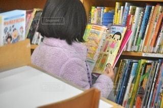 アニメを読む女の子の写真・画像素材[2611167]