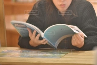 雑誌を読む女の子の写真・画像素材[2630267]
