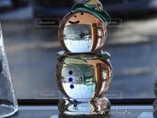 雪だるまのガラス玉の写真・画像素材[2675853]