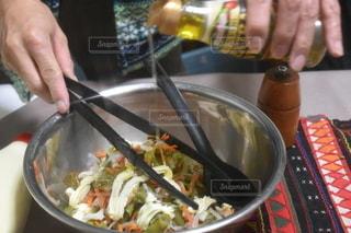 サラダを、混ぜりゃんせの写真・画像素材[2684279]