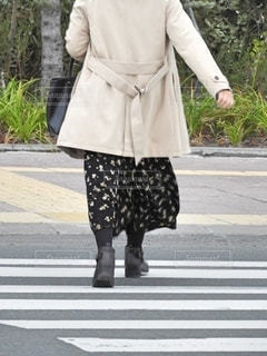 横断歩道を歩く人の写真・画像素材[2701108]