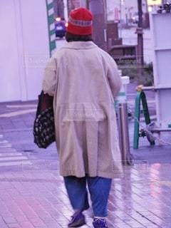 通りを歩いている女の写真・画像素材[2706472]