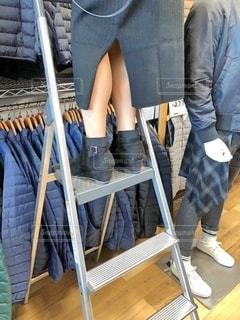 脚立に乗り、整理する店員の写真・画像素材[2720255]