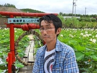 フェンスの前に立っている男の写真・画像素材[2761506]