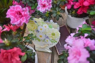 テーブルの上にピンクの花で満たされた花瓶の写真・画像素材[2893320]
