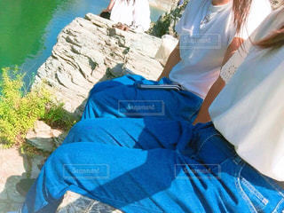 青いシャツを着た人の写真・画像素材[2432590]