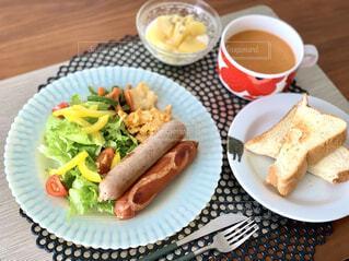 食べ物,コーヒー,朝食,ハンバーガー,パン,テーブル,皿,カップ,サンドイッチ,ホットドッグ,フライドポテト,菓子,ファストフード