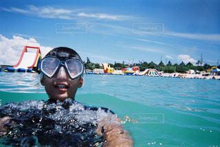 水域を泳いでいる人の写真・画像素材[2432948]