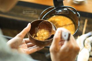 食べ物の皿を持っている人の写真・画像素材[2913459]