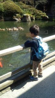 水の中に立っている小さな男の子の写真・画像素材[2513854]