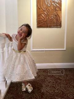 カメラに向かってポーズをとる鏡の前に立つ小さな女の子の写真・画像素材[2421993]