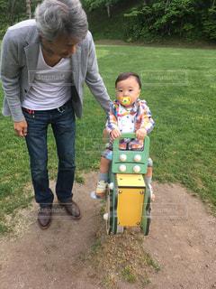 小さな子供が赤ん坊を抱いているの写真・画像素材[2446673]